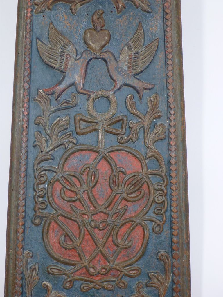Mangle board from Denmark with two kissing doves and a heart
